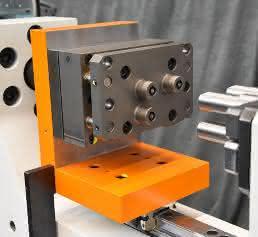 Dreifach-Werkzeugsystem mit Abstreifer-Platte