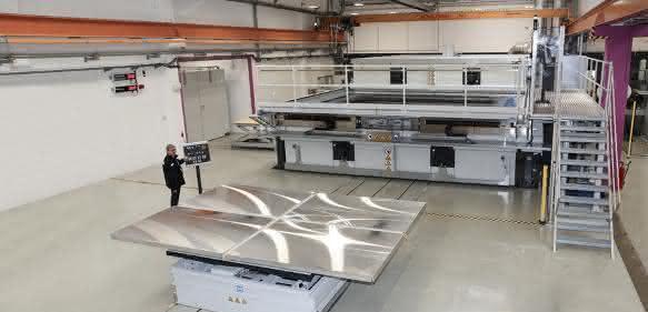 PMMA-Anlage für Fliegwerkstoffe im Großformat