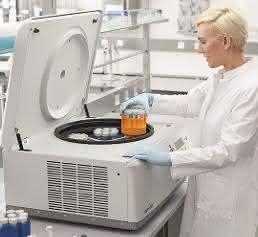 Labormitarbeiterin mit der neuen Centrifuge 5910R von Eppendorf