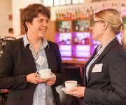 Prof. Dr. Katharina Landfester (links), Direktorin am MPI-P, und Dr. Britta Unruhe-Knauf