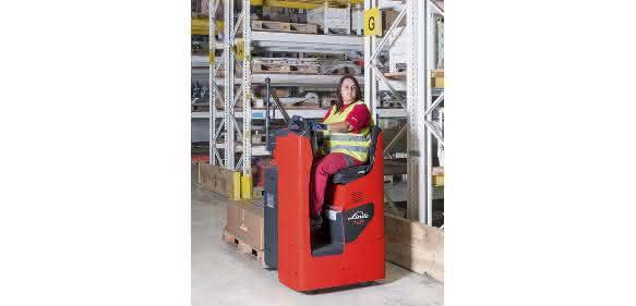ine gute Sicht verschafft dem Bediener die Sitzposition 90 Grad zur Fahrtrichtung. (Bild: Linde)