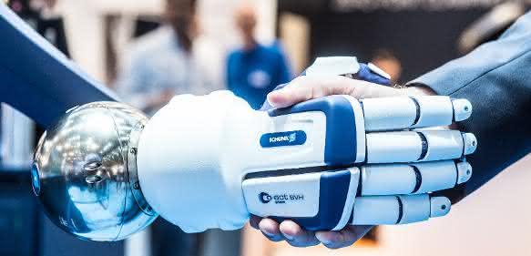 Roboter gibt Mensch die Hand