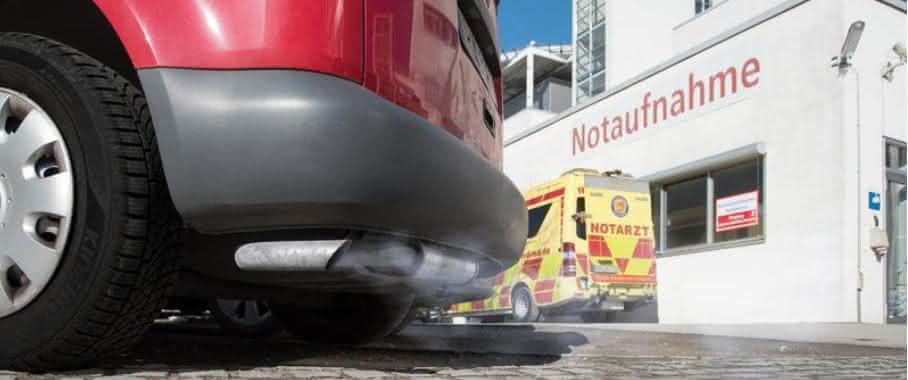 Autoabgase vor der Notaufnahme