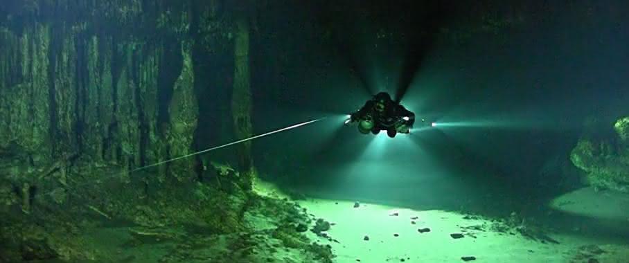 Höhlendurchgang und Taucher