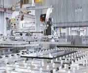 Im Sauberbereich werden die Scheiben über das Vakuum-Hebegerät wieder angehoben und in ein Fassadenelement eingelegt. (Foto: Josef Gartner)