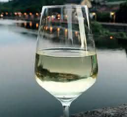Weinglas in einer fränkischen Stadt am Fluss
