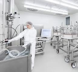 Ein Mitarbeiter bei der Aufreinigung der gewünschten Wirkstoffproteine über Chromatographiesäulen.