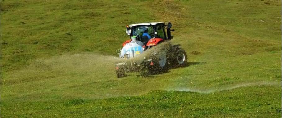 Traktor bringt Dünger aus
