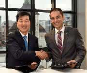 Dr. Tae-Han Kim, President und CEO von Samsung BioLogics (links) und Udit Batra, Mitglied der Geschäftsleitung von Merck und CEO Life Science