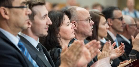 Gäste und Gewinner verfolgen die Veranstaltung im Foyer der Messe Stuttgart mit großem Interesse.
