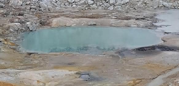 Ein kleiner warmer Teich auf der heutigen Erde, auf dem Bumpass Hell Trail im Lassen Volcanic National Park in Kalifornien. (Bild: B. K. D. Pearce)