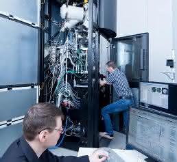 Wissenschaftler bei Einstellarbeiten am Gerät im April 2016 in Heidelberg (Bild: Heiko Grandel)