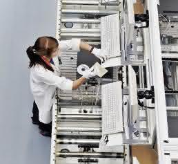 Ein RFID-Chip im Objektträger hält alle relevanten Informationen bereit, auch für die optische Prüfung.