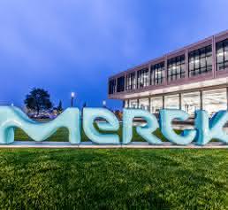 Merck Schriftzug vor Gebäude