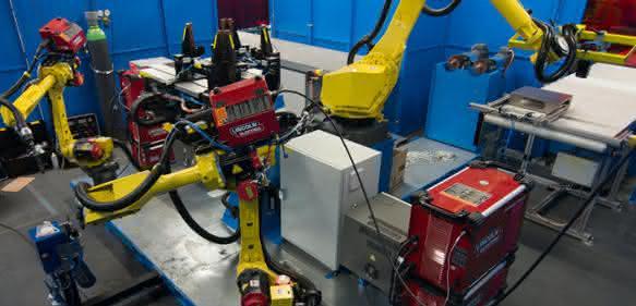 Roboter fertigen Stahlkästen