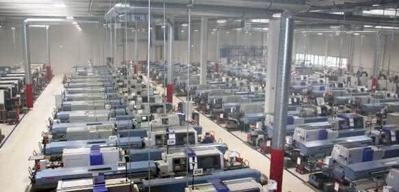 Rund 120 Maschinen, davon 90 Langdreher, stehen in der energetisch fast autarken Produktionshalle von Seeger.