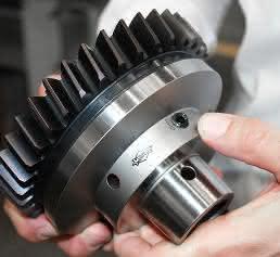 Das Hydrodehnspannfutter reduziert den radialen Passungsfehler des Werkzeugs – dies führt unter anderem zu höchster Präzision beim Verzahnungsstoßen. (Foto: Mapal)