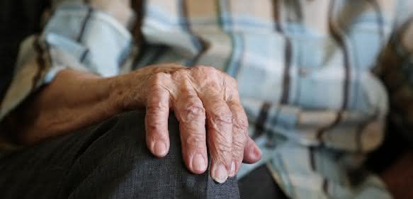 Im Laufe des Lebens akkumulieren sich die vielfältigen Schäden in der DNA – Alterung ist eine Folge davon.(Bild: Pixabays / beejees)