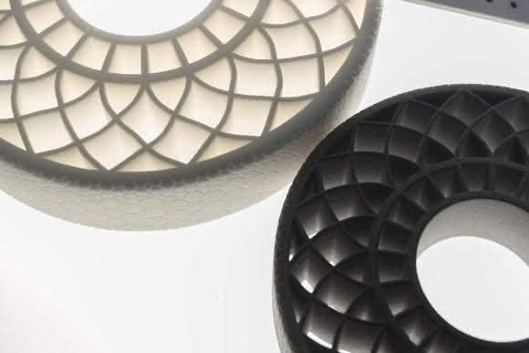 Das Foto zeigt zwei luftlose Reifen, die mit 3D-Druck-Technologie hergestellt wurden, die thermoplastisches Polyurethan von BASF verwendet. (Bild: BASF SE)