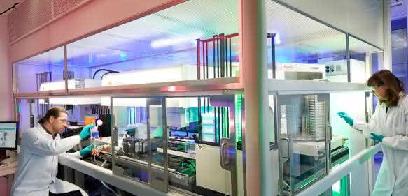 Zwei Wissenschaflter im Labor im Forschungszentrum Wuppertal