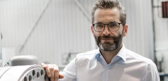 Robert Obermayr, Leiter der neuen Business Unit Powerfil, neben dem Laserfilter in der Erema Montagehalle. (Foto: EREMA)