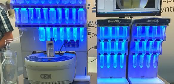 Der Peptidsynthesizer Liberty Blue verfügt über eine Kamera, damit Anwender alle einzelnen Arbeitsschritte der Synthese live beobachten können.