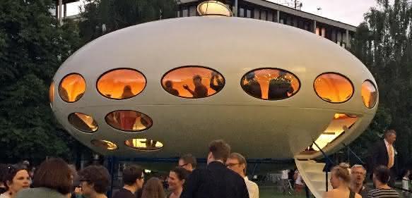 Im Rahmen der feierlichen Eröffnung wurde das Futuro- Haus von Bayerns Staatsminister Ludwig Spaenle vor mehr als tausend Zuschauern enthüllt. (Bilder: SKZ)