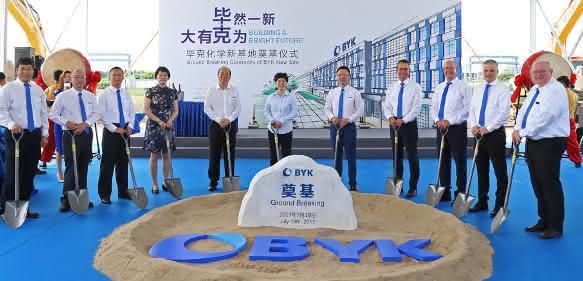Vertreter von Byk aus Aus Shanghai und Deutschland sowie dem Industrieparkbetreiber bei der Grundsteinlegung des neuen Byk-Standorts. (Bild: Byk)
