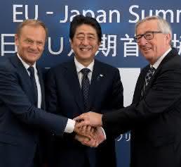 Donald Tusk, Shinzō Abe und Jean-Claude Juncker in Brüssel beim EU-Japan-Gipfel