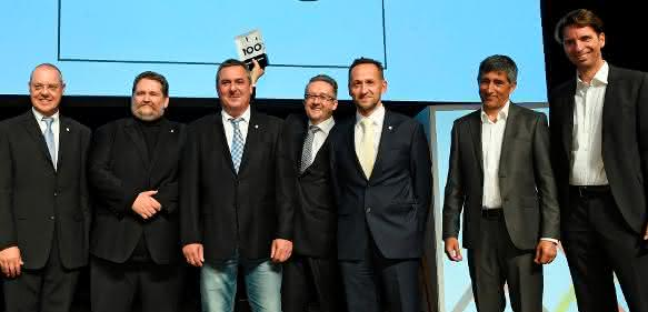 Geschäftsführer Daniel Huber (mit Trophäe) und sein Team