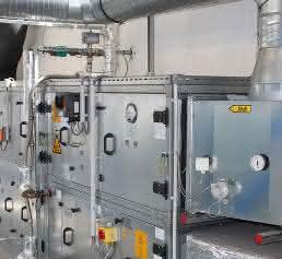 Schaltschrank mit Filtermodulen und Abluftrohren