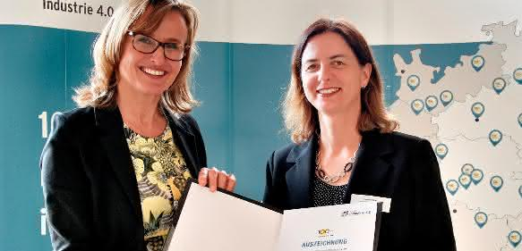 """Die Auszeichnung """"100 Orte für Industrie 4.0 in Baden-Württemberg"""" überreichte die Wirtschaftsstaatssekretärin Katrin Schütz (l.) an Susanne Palm, Gruppenleiterin Public Relations bei Arburg. (Bild: Martin Storz / Graffiti)"""