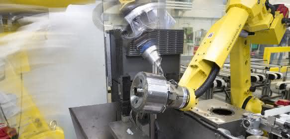 Entgraten mit Roboter: Feintool entgratet Roboter-unterstützt