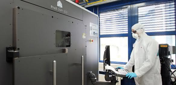 Die Forscher fertigen mit einem ProX DMP 320 Metalldrucker komplexe Bauteile in einem Stück. Der Drucker wird ihnen in Kooperation vom Technikkonzern 3D Systems zur Verfügung gestellt. (Bild: TU Kaiserslautern)