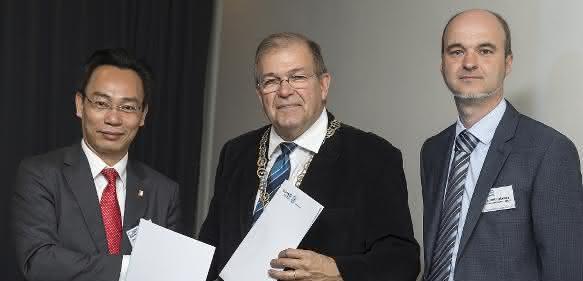 Unterzeichnung der Kooperationsverträge zwischen den Hauptpartnern des RoHan-Projektes, Rektor der Universität Rostock, Prof. Wolfgang Schareck (Bildmitte), und Präsident der Hanoi University of Science and Technology, Prof. Dr. Hoang Minhson (li), sowie Projektkoordinator Dr. Dirk Hollmann (Foto: Uni Rostock/ITMZ).