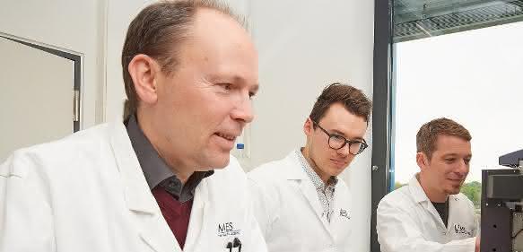 Im Labor (von links): Prof. Dr. Joachim Schultze, Patrick Günther und Dr. Andreas Schlitzer vom LIMES-Institut der Universität Bonn (© Foto: Volker Lannert/Uni Bonn).