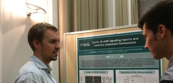 Erstautor Jan Gundlach, Abteilung Allgemeine Mikrobiologie des Instituts für Mikrobiologie und Genetik, präsentiert die Ergebnisse.
