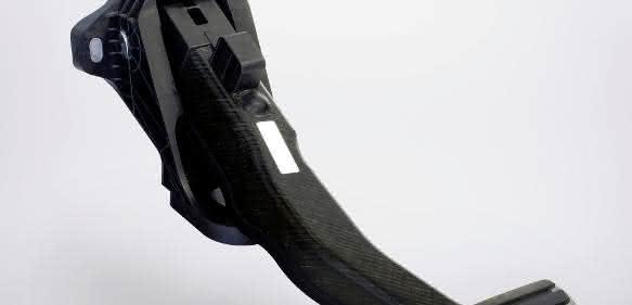 Das Vollkunststoff-Bremspedal wiegt um rund die Hälfte weniger als eine vergleichbare Stahlkonstruktion und kann in einem One-shot-Prozess in Großserie gefertigt werden. (Bild: Boge Elastmetall)
