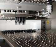 Die kompakte Vario Tip-Anlage sorgt durch kavitätenorientierte Bestückung von Racks bei Hochleistungswerkzeugen mit maximal 128 Kavitäten für Patientensicherheit. (Bild: Waldorf)