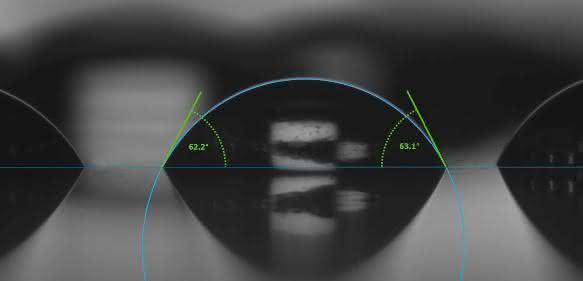 Automatische Kontaktwinkelmessung an eng hintereinander liegenden Tropfen. Auswertung mit der Software Advance.