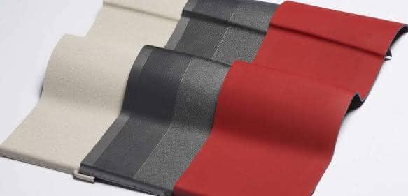 Auch große Innenraumkomponenten lassen sich im Decoject-Verfahren wirtschaftlich fertigen. Die gewünschten Oberflächeneigenschaften wie Farbe, Struktur, Robustheit und Haptik werden über die Folie realisiert. (Bild: Engel)