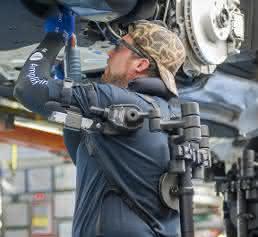 Exoskelett-Weste im BMW Group Werk Spartanburg