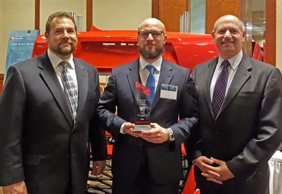 "Die Jenoptik-Sparte Automotive hat den ""SPE Automotive Innovation Award"" erhalten. Von links: Steve Janson, Torsten Reichl, Bob Aiello. (Bild: Jenoptik)"