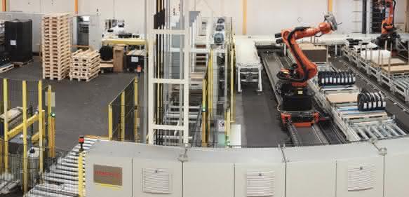 Drei Knickarmroboter palettieren Folienrollen stehend oder liegend auftragsbezogen auf 18 Paletten und fügen bei Bedarf Schonbogen oder Schaumstoffzwischenlagen sowie Boden- und Deckenlagen ein. (Bild: Koch)