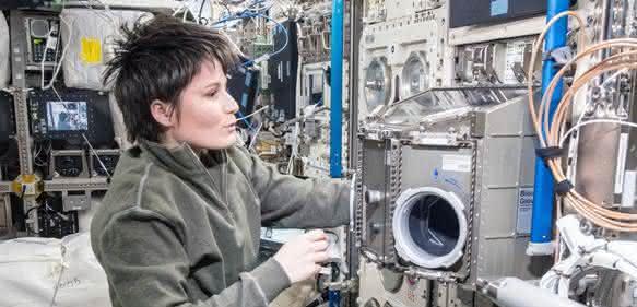ESA-Astronautin Samantha Christoforetti bereitet den Rotor des BIOLAB für das Triple Lux Experiment vor. (Bild: NASA)