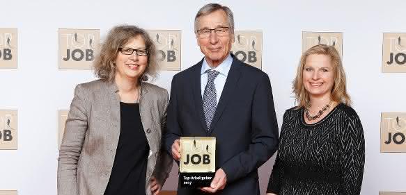 Geschäftsführerin Alexandra Knauer (links) und HR-Verantwortliche Katharina Pohl (rechts) erhalten die Top Job-Auszeichnung von Mentor Wolfgang Clement. (Quelle: www.topjob.de)