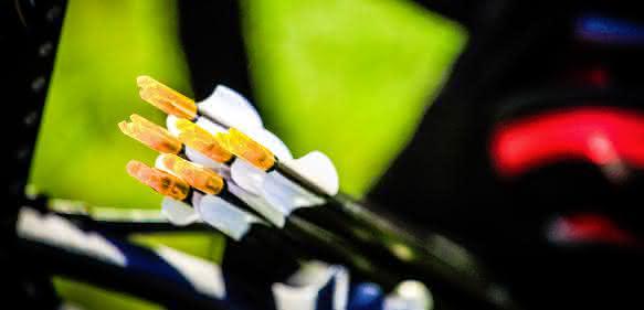 Die Nocke ist ein zentraler Punkt am Ende des Pfeils. Über ihn wird die immense Abschussenergie des Bogens auf den Pfeil übertragen, um ih auf Geschwindigkeiten von mehr als 300 Kilometer pro Stunde zu beschleunigen. Die farbigen Nocken bestehen aus Polycarbonat. (Bilder: Covestro)