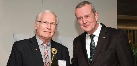 Wolfgang Oehm (li.) mit Herbert Schulte während er Preisverleihung des BVMW (Bild: Foto-Media-Hensel)