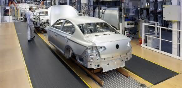 Denimove-Montagebänder im Einsatz bei Volkswagen in Emden als Werker-Mitfahrband. (Foto: Denipro)
