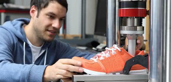 Stoßdämpfungseigenschaften von Laufschuhen prüfen Zwick Tischprüfmaschine